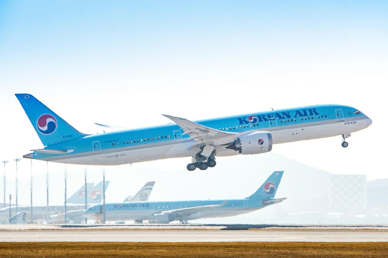 A Korean Air aircraft takes off. (Yonhap)