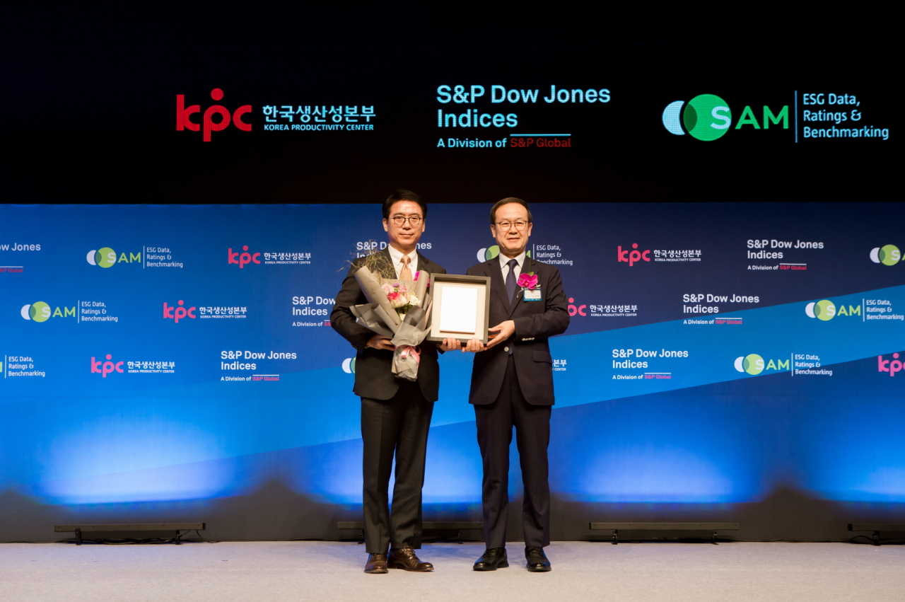S-Oil President of Corporate Strategy & Services Ryu Yeol (left) receives a certificate for being listed in the DJSI World Index in Seoul, Tuesday. (S-Oil)