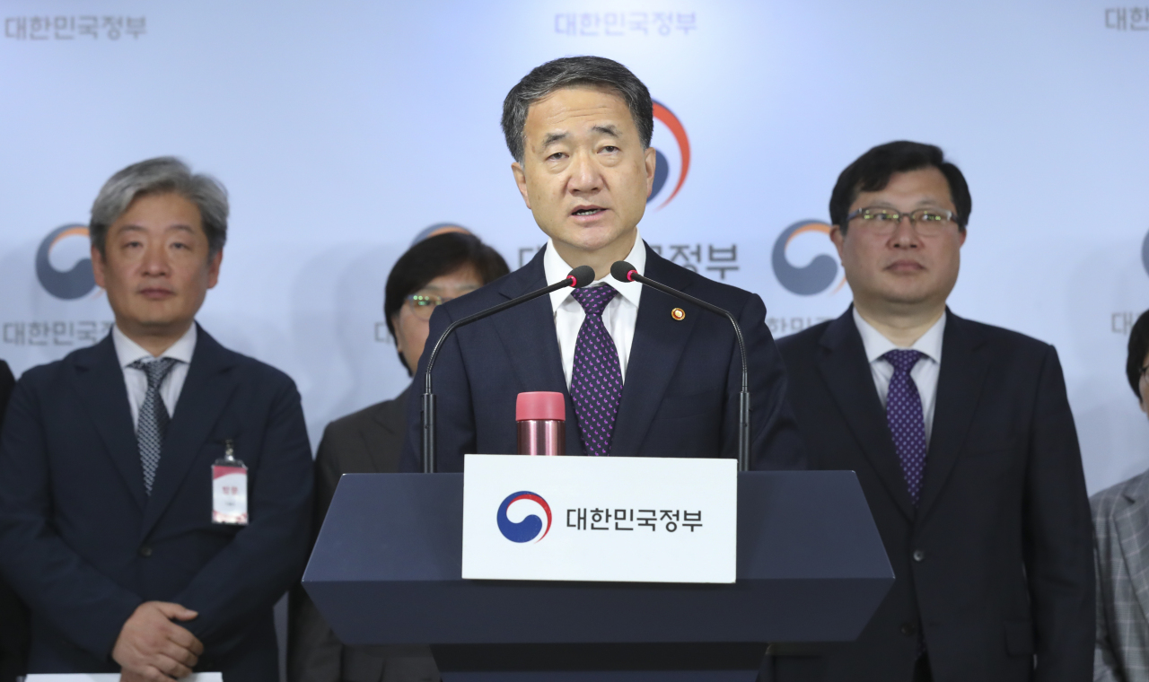Health Minister Park Neung-hoo speaks Wednesday during a briefing at the government complex in Gwanghwamun, Seoul. (Ministry of Health and Welfare)