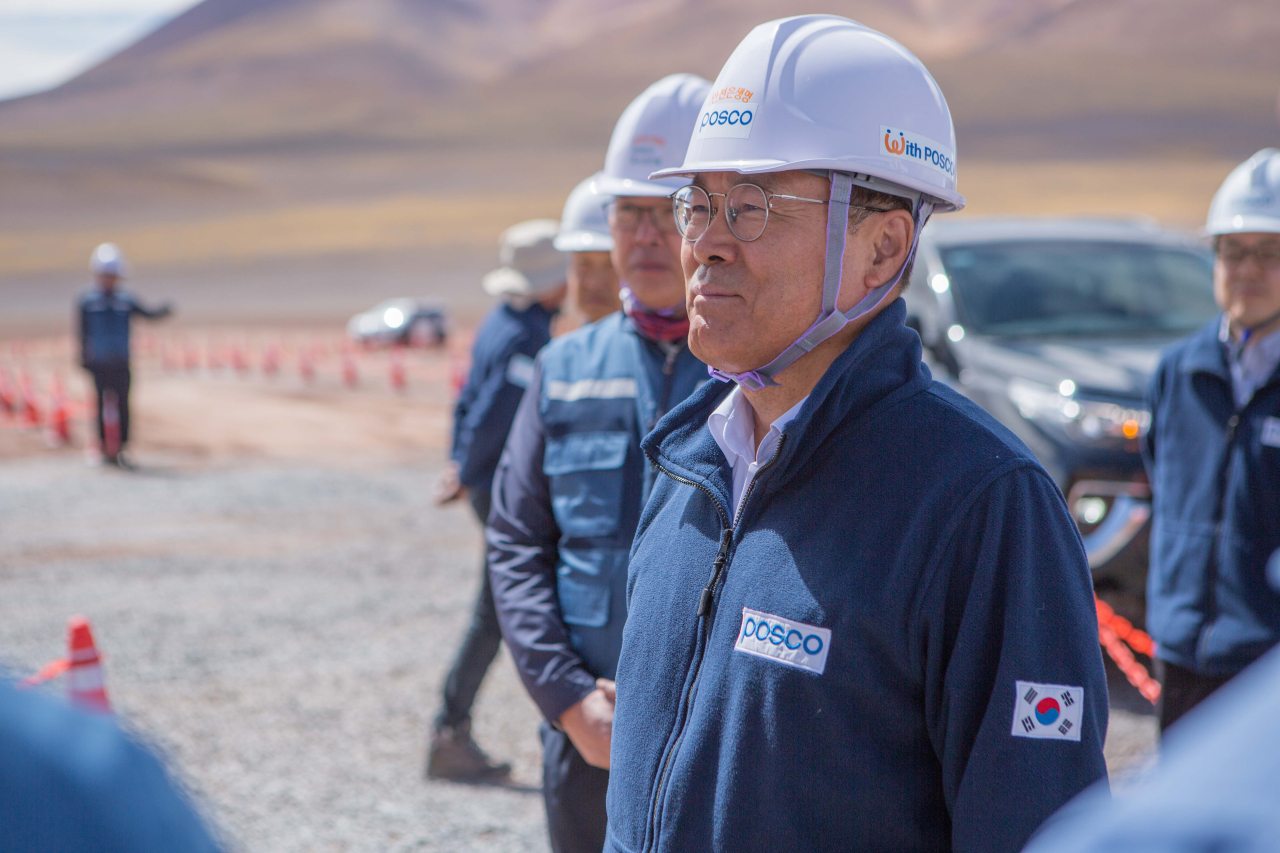 Posco Chairman Choi Jeong-woo inspects the construction site of a demonstration plant for lithium extraction in Argentina on Saturday. (Posco)