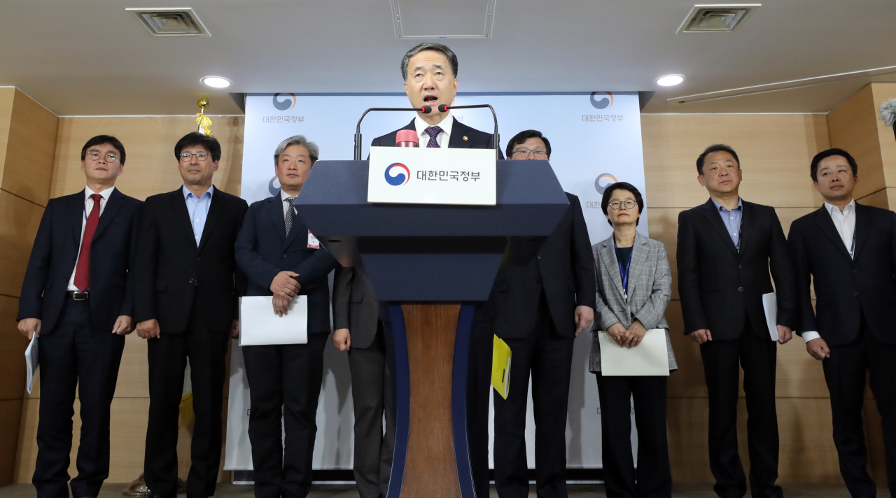 Health Minister Park Neung-hoo speaks Wednesday during a briefing at the government complex in Gwanghwamun, Seoul. (Yonhap)