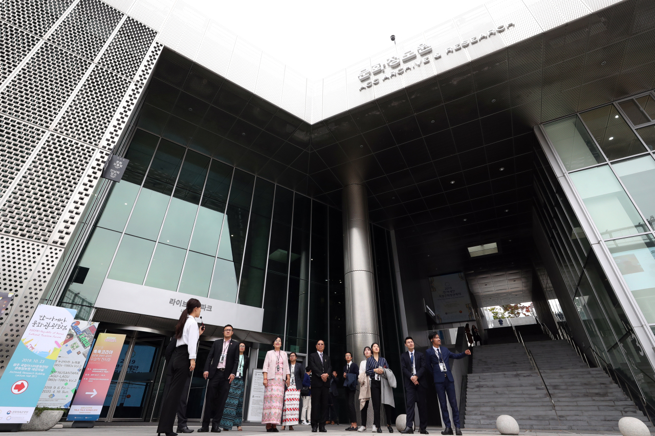 Culture and tourism officials from the Association of Southeast Asian Nations visit the Asia Culture Center in the southwestern city of Gwangju, the venue for Korea-ASEAN culture ministers` talks, on Wednesday. (Yonhap)