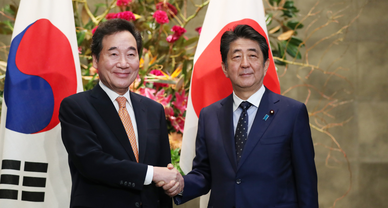 Prime Minister Lee Nak-yon and Japanese Prime Minister Shinzo Abe pose for a photograph in Tokyo on Thursday. Yonhap