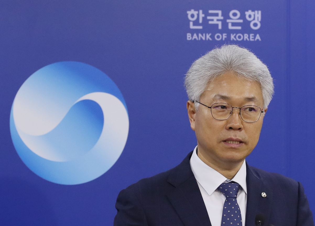 Park Yang-su, chief of the BOK's economic statistics department, speaks in a press briefing. (Yonhap)