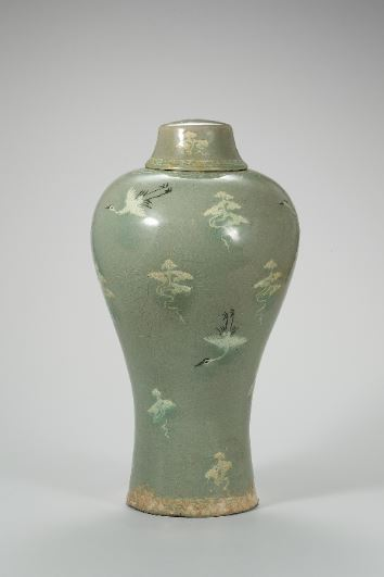 "A ""maebyeong"" (plum bottle) with an inlaid cloud and crane design, from the Goryeo Kingdom (National Museum of Korea)"