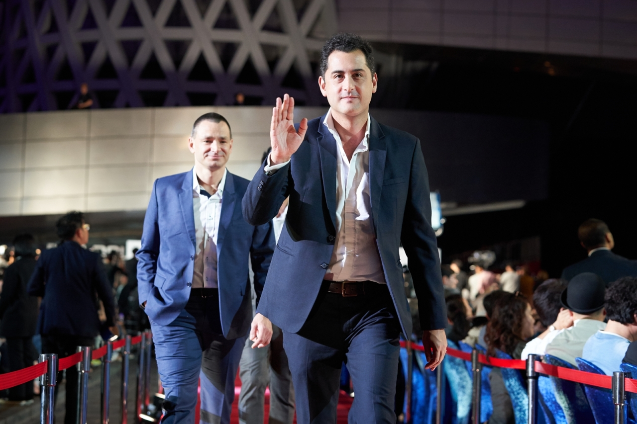 """The Cave"" director Tom Waller (right) walks the red carpet at the 2019 Busan International Film Festival with Jim Warny, the movie's star and an actual cave diver involved in the rescue. (BIFF)"