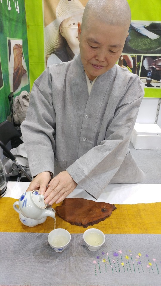 Ven. Myoudeok pours a cup of her nine-time roasted green tea at the Coffee and Tea Fair held last week in Yangjae, southern Seoul. (Lee Sun-young/The Korea Herald)