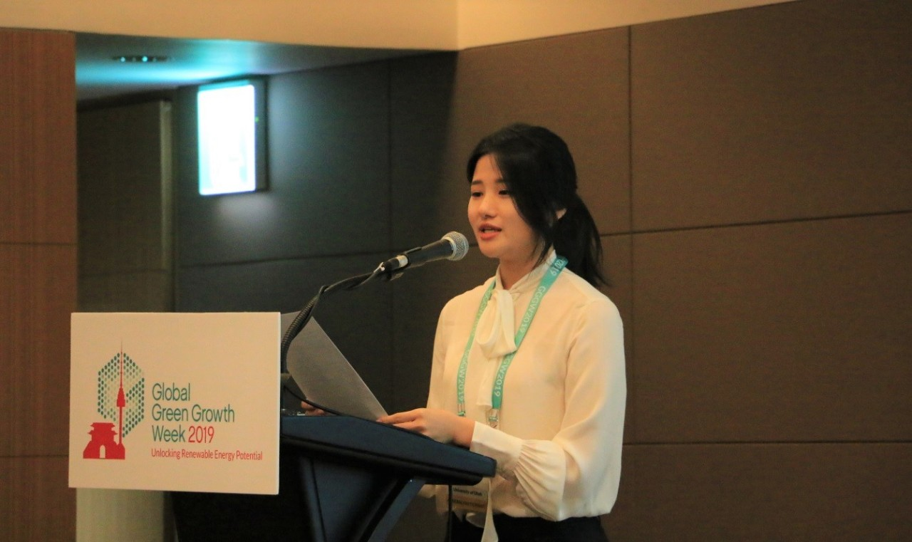 Ko Hyo-jeong, who majors in urban ecology at the University of Utah Asia Campus, delivers a presentation during Global Green Growth Week 2019. (Incheon Global Campus)