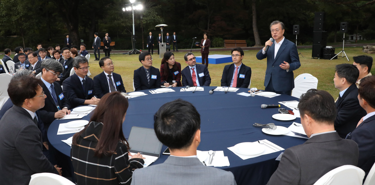 President Moon Jae-in speaks during meeting with Cheong Wa Dae press corps on Friday. (Yonhap)