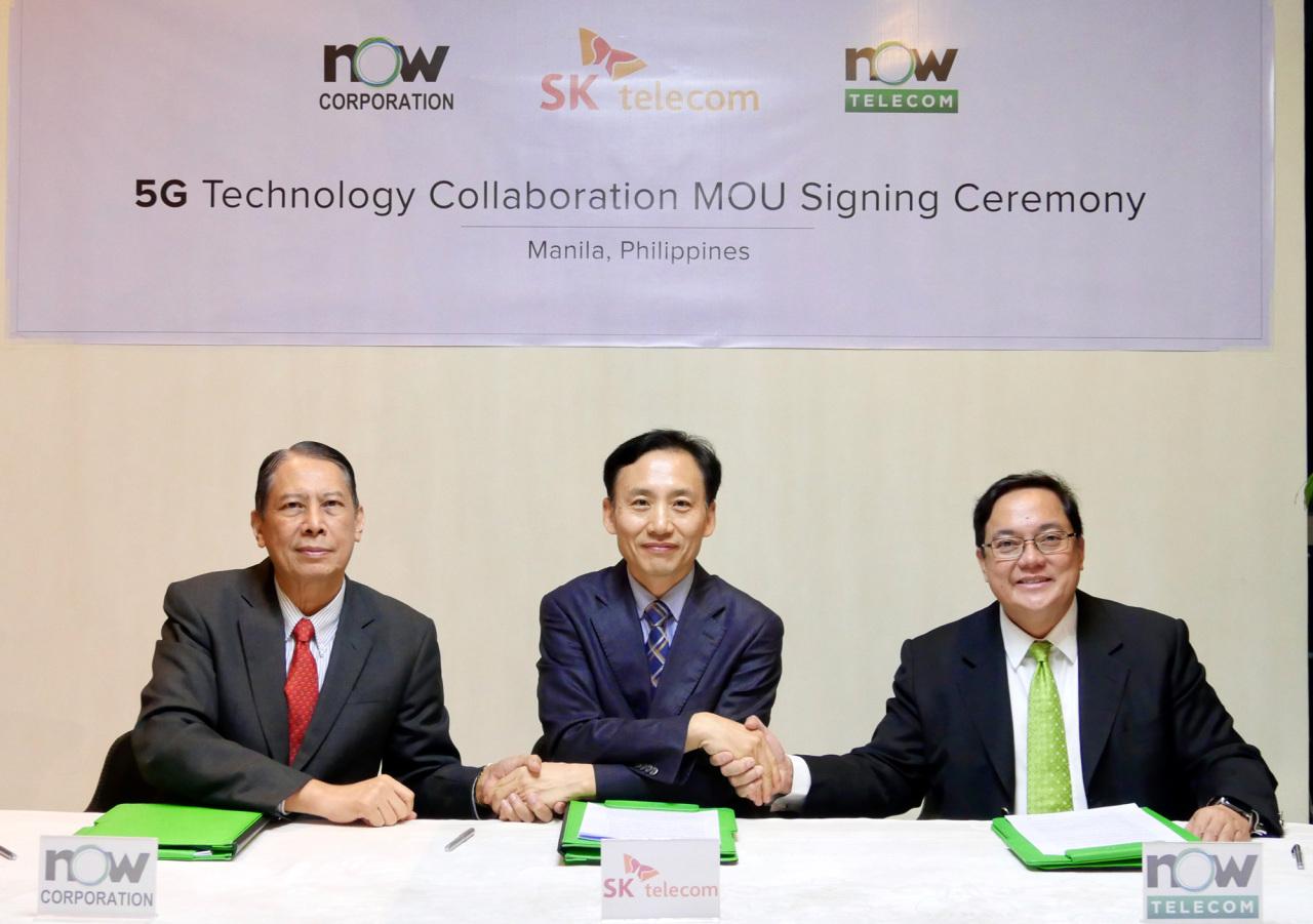 SKT Senior Vice President and head of infra business Shim Sang-soo (center), Now Corporation Chairman Thomas Aquino and Now Telecom Chairman Mel V. Velarde.