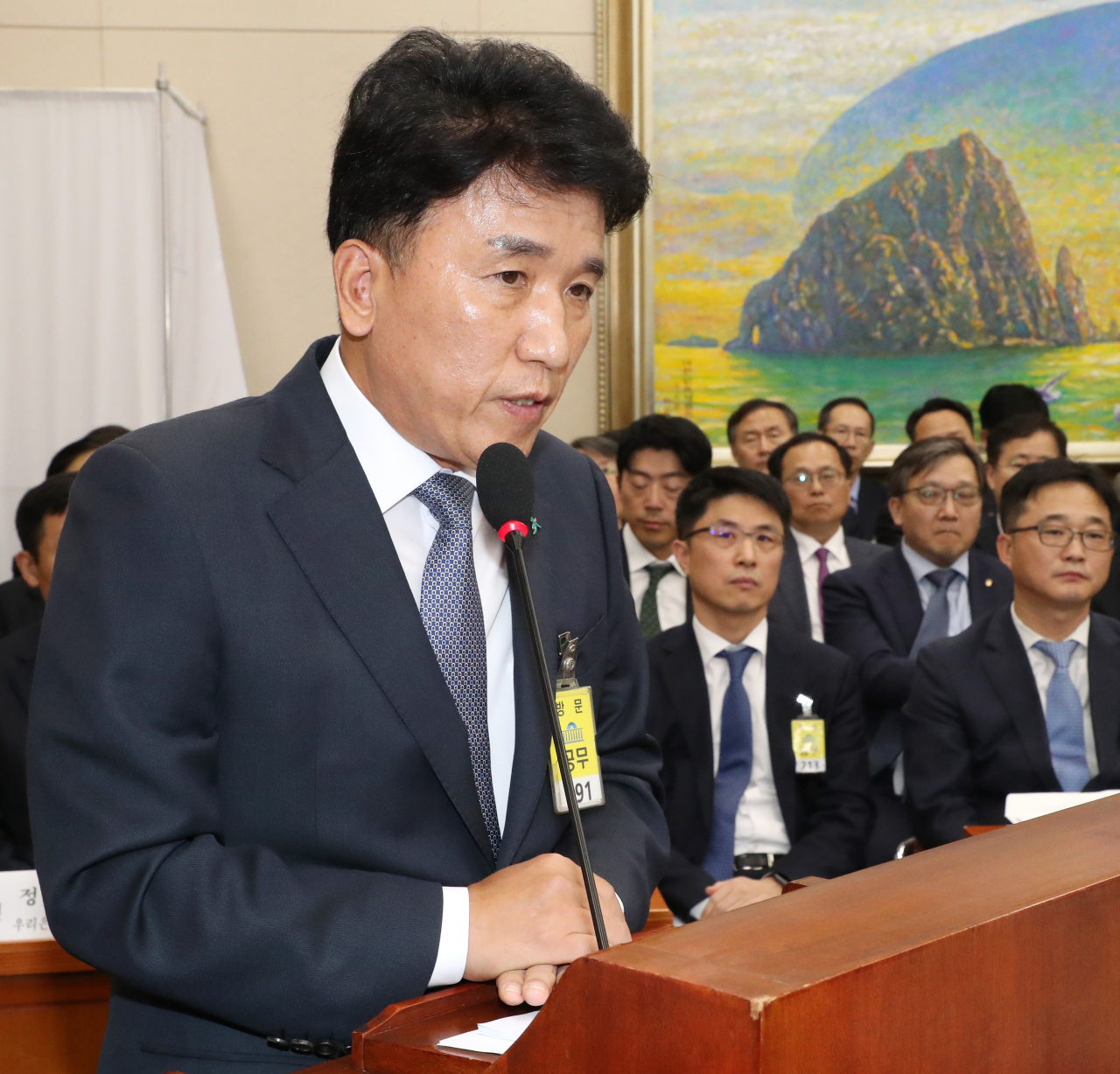 KEB Hana Bank CEO Ham Young-joo speaks in a parliamentary audit session on Oct. 21. (Yonhap)
