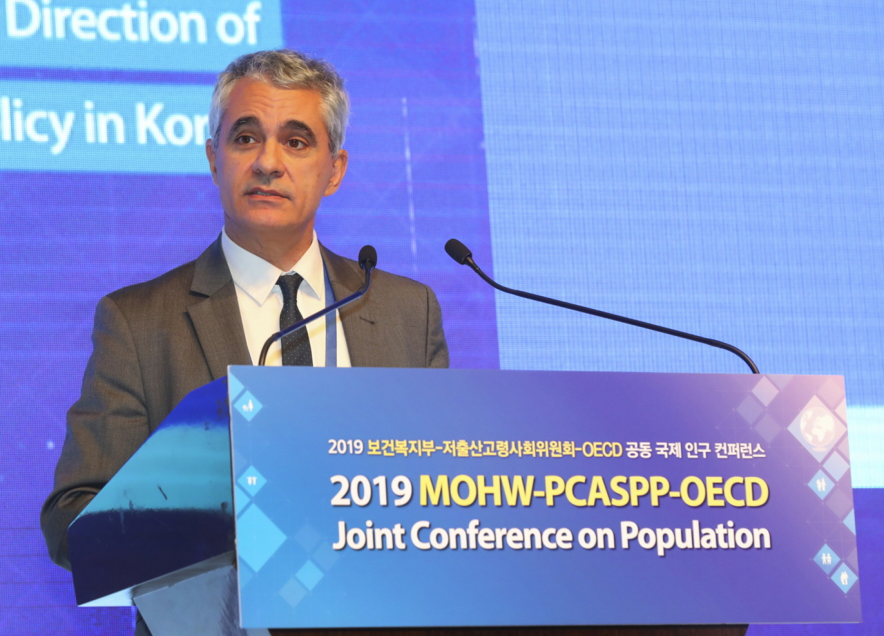 OECD Director for Employment, Labor and Social Affairs Stefano Scarpetta speaks at a conference in Seoul, Monday. (Health Ministry)