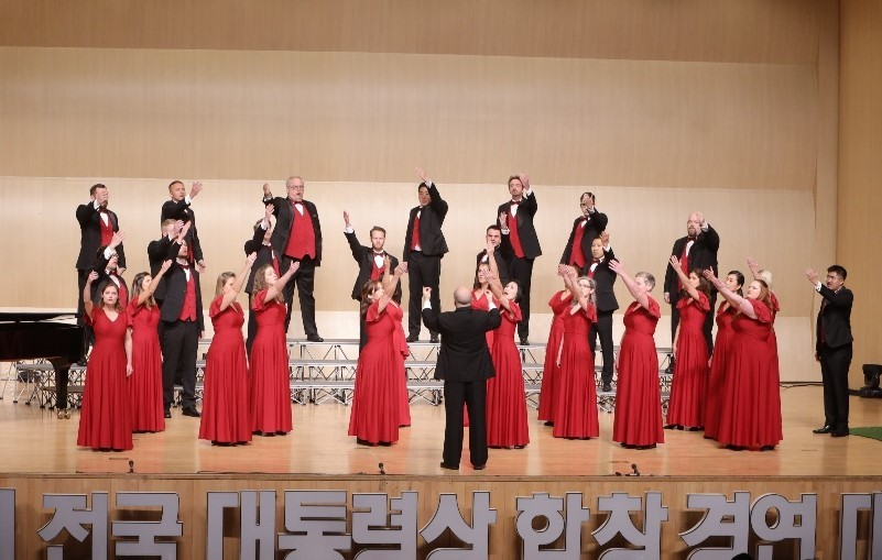 Camarata Chamber Singers pose with conductor Ryan Goessl (front row, left) at the 23rd National Choral Competition for the Presidential Award in Daejeon on Saturday. (Camarata)
