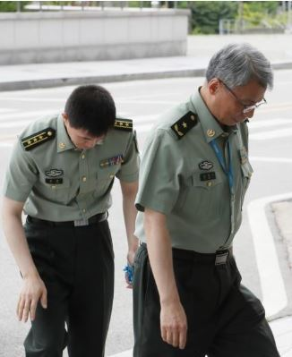 Du Nongyi (R), military attache of the Chinese Embassy in Seoul, enters the Joint Chiefs of Staff building on July 23, 2019, after the JCS called him in over two Chinese reconnaissance planes' violation of Korea's air defense identification zone. (Yonhap)