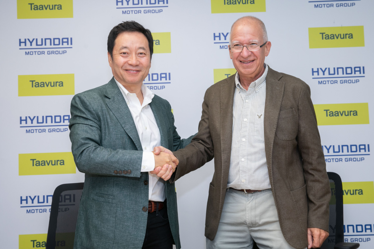 Sull Won-hee (left), executive vice president and head of Hyundai Motor's Technology Innovation Center shakes hands with Shai Livnat, CEO of Taavura Group, at an MOU signing ceremony held in Ramla, Israel, on Monday. (Hyundai Motor)