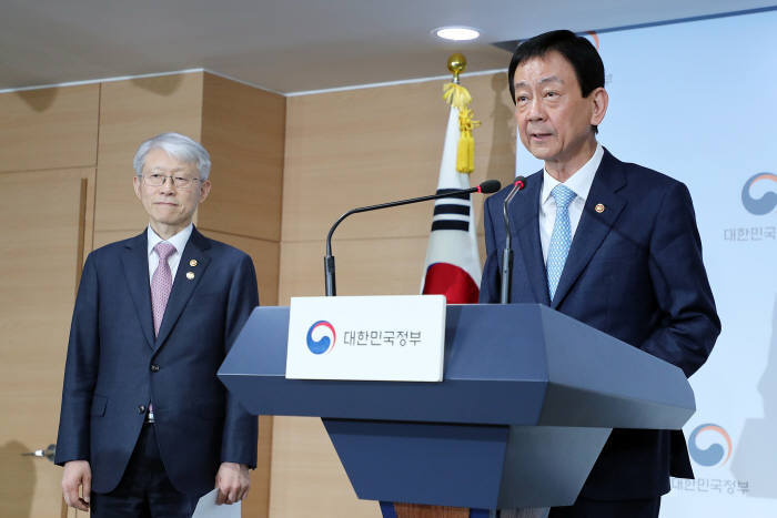 Interior Minister Chin Young(right) announces the government`s digital transformation initiative during a press breifing in Seoul. Ministry of Interior and Safety