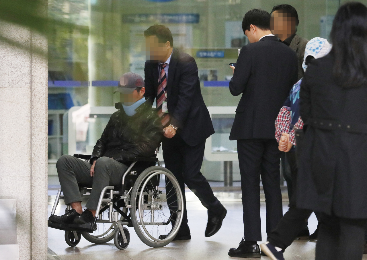 On a wheelchair, a younger brother of former Justice Minister Cho Kuk, moves to the Seoul Central District Prosecutors' Office for probes on Tuesday. (Yonhap)