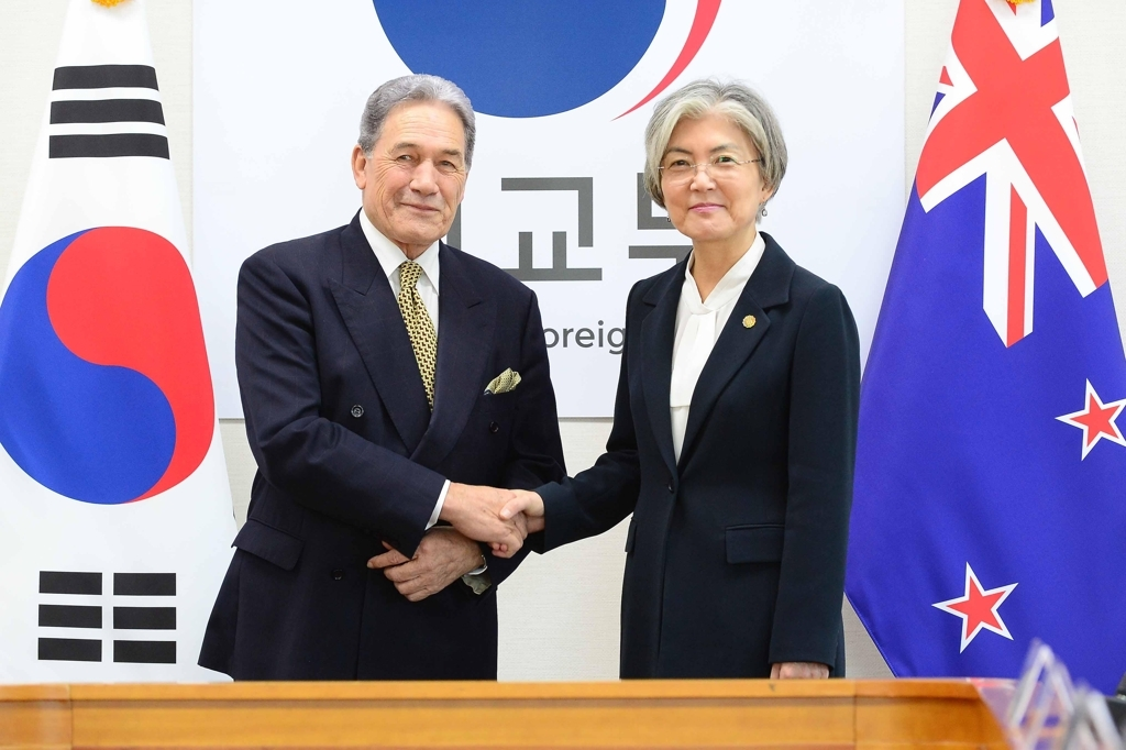 Foreign Minister Kang Kyung-wha (R) shakes hands with her New Zealand counterpart, Winston Peters, ahead of their meeting in Seoul on Oct. 29, 2019. (Yonhap)