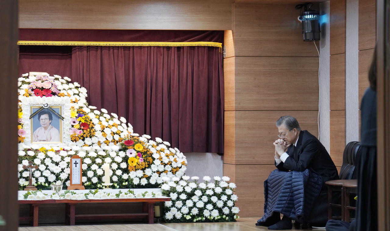 President Moon Jae-in at the altar set up for his mother at the Namcheon Catholic Cathedral in Busan on Wednesday. Yonhap