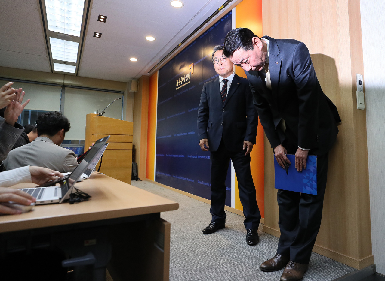 KOFIA Chairman Kwon Yong-won bows his head in apology at a press conference at the organization's headquarters in Yeouido on Wednesday. (Yonhap)