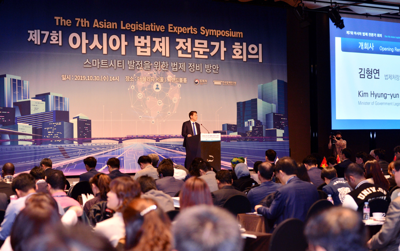 Government Legislation Minister Kim Hyung-yun delivers the opening remarks at the seventh Asian Legislative Experts Symposium at The Plaza Seoul hotel in downtown Seoul, Wednesday. (Park Hyun-koo/The Korea Herald)