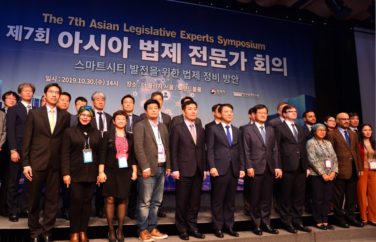 Participants in the seventh Asian Legislative Experts Symposium, held at The Plaza Seoul hotel in downtown Seoul, Wednesday, pose for photos. (Park Hyun-koo/The Korea Herald)