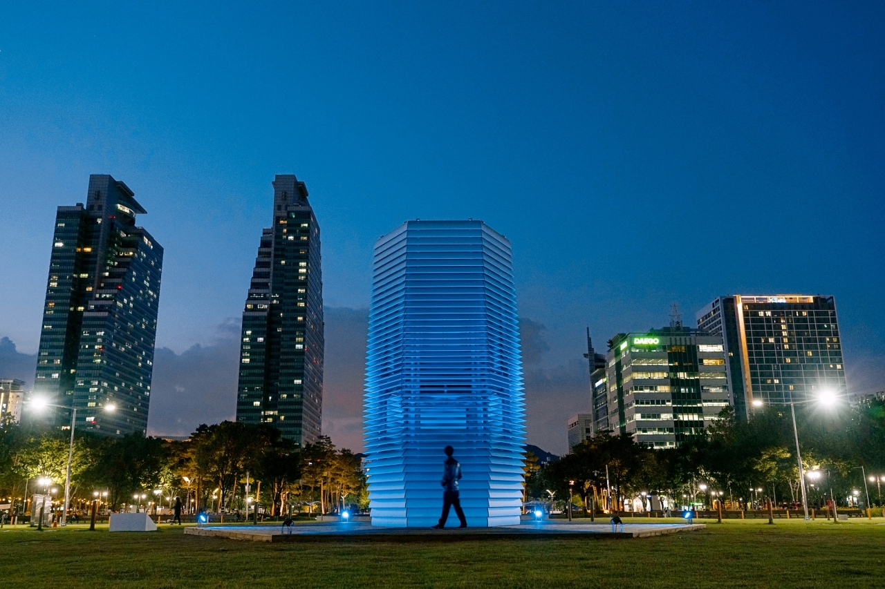 """Daan Roosegaarde's """"Smog Free Tower"""" is installed at the center of Pyeongchon Central Park in Anyang, Gyeonggi Province. (APAP)"""