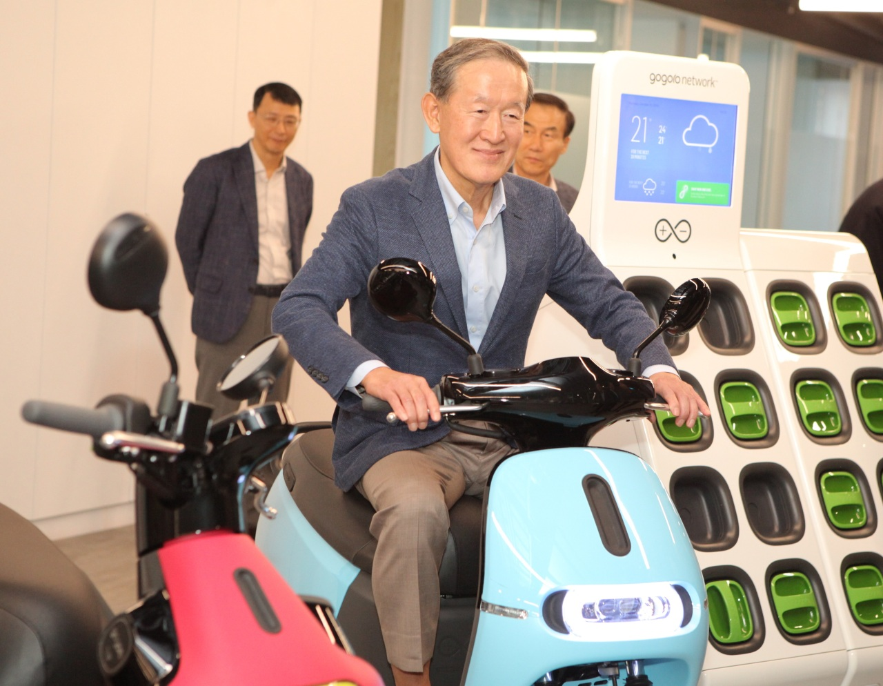 GS Chairman Huh Chang-soo rides on an e-scooter by Taiwanese company Gogoro during his visit to his company in Taipei on Thursday. (GS Group)