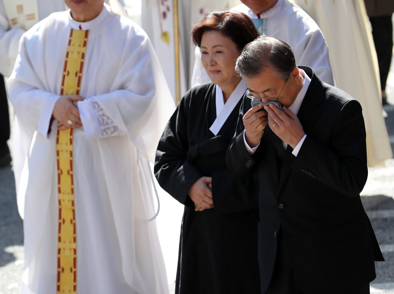 President Moon Jae-in and First Lady Kim Jung-sook attend the funeral of Moon`s motehr Kang Han-ok on Thursday. Yonhap