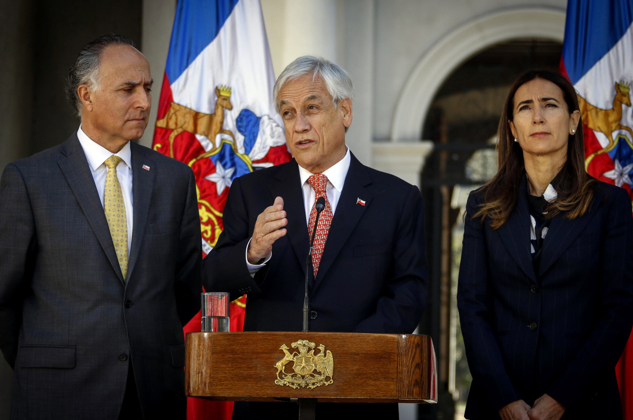 President Sebastian Pinera announces that Chile will suspend hosting the APEC summit and the COP25 climate summit at the La Moneda Presidential Palace in Santiago, Chile on Thursday. Yonhap