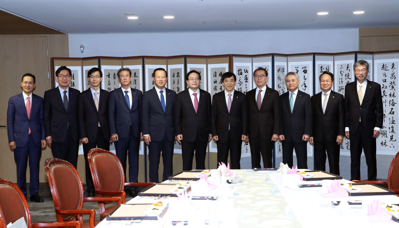 Bank of Korea Gov. Lee Ju-yeol (fifth from right) meets with major bank chiefs in a policy meeting on Friday. (Bank of Korea)