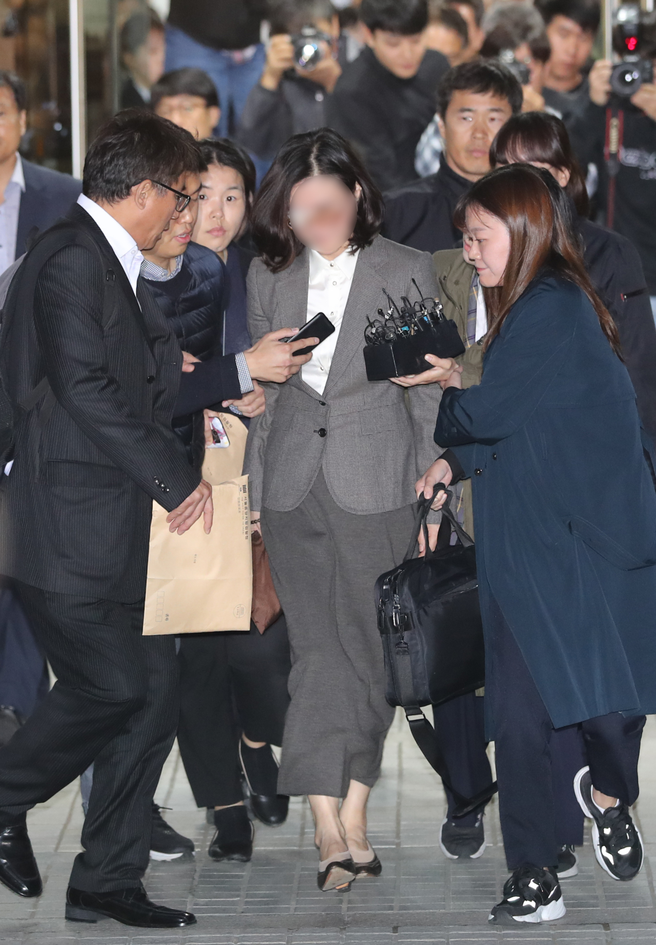 Chung Kyung-shim (center) in gray suit (Yonhap)