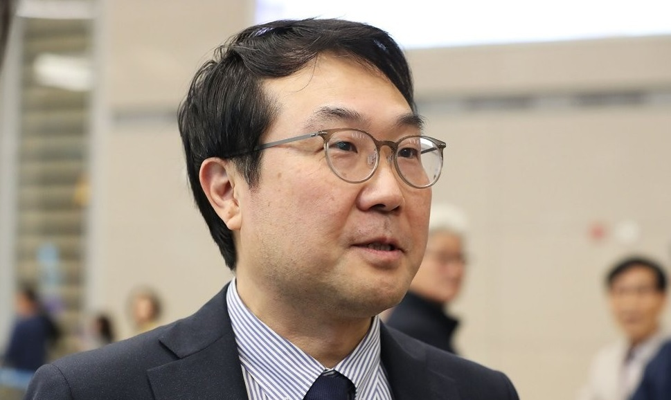 SEOUL, Nov. 1 (Yonhap) -- South Korea`s top nuclear envoy is likely to visit Moscow next week to meet with his Russian counterpart and discuss North Korea`s denuclearization and other peninsula issues, sources said Friday.Lee Do-hoon, representative for Korean Peninsula peace and security affairs, will meet with Igor Morgulov next Friday, according to the sources, amid a stalemate in the nuclear negotiations between the U.S. and North Korea since working-level talks in Stockholm last month.Lee is also expected to participate in the three-day 2019 Moscow Nonproliferation Conference, which will kick off Thursday, and could have talks with officials from the U.S. and North Korea.The so-called Track 1.5 semi-official discussions have served as a chance for the U.S. and North Korea to sound out each other`s position at times of high tension.In 2017, North Korean First Vice Foreign Minister Choe Son-hui -- then director-general of the North American affairs bureau at the North`s foreign ministry -- took part in the conference. It is yet unclear who will be attending the forum from North Korea this year.Lee`s Moscow trip will come amid little progress in the North`s nuclear negotiations with the U.S., with Pyongyang ramping up pressure on Washington to come up with a new proposal.On Thursday, North Korea fired what it called
