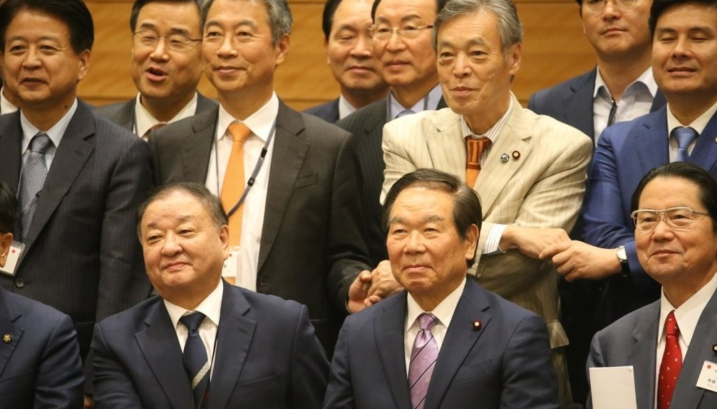 Members of the Korea-Japan Parliamentarians` Union, including co-chairs Kang Chang-il (front row, L) of Korea and Fukushiro Nukaga of Japan, shake hands during its general assembly session in Tokyo on Nov. 1, 2019. The two countries have been locked in a bitter trade and history row for several months. (Yonhap)