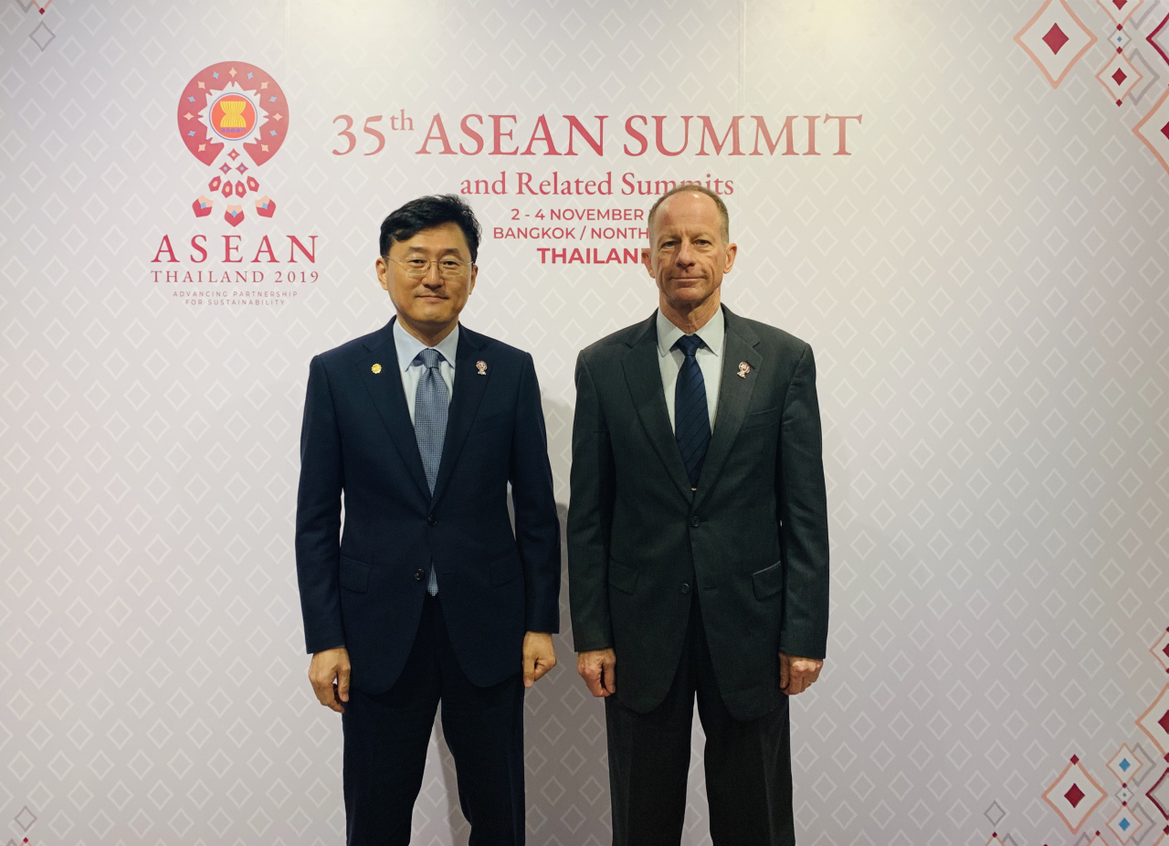 Deputy Foreign Minister Yoon Soon-gu and David Stilwell, the US assistant secretary of state for East Asian and Pacific affairs pose after their meeting in Thailand on Saturday. (South Korea's Foreign Ministry)