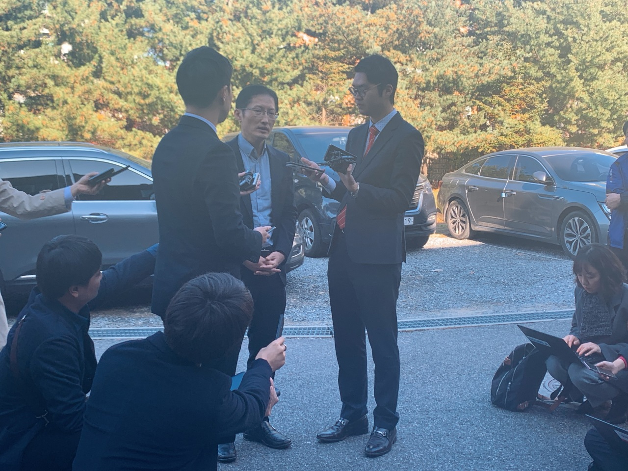 Lawyer Park Joon-young speaks to reporters before his client, convicted of murder, is to undergo forensic hypnosis, Monday at Gyeonggi Nambu Provincial Police Agency. (Kim Arin/The Korea Herald)