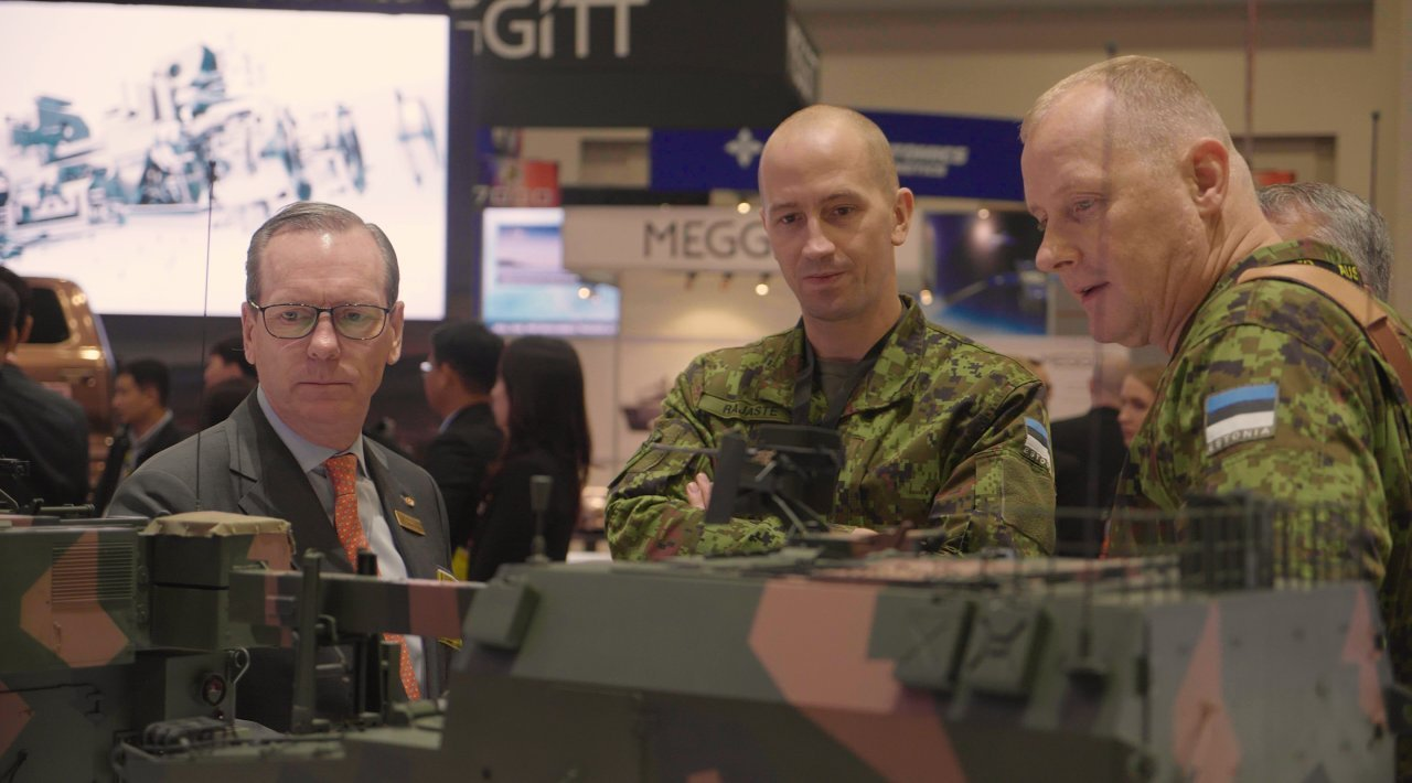 Bernard S. Champoux (left), senior executive vice president of Hanwha Defense, visits the company's exhibition booth at the 2019 Annual Meeting and Exposition of the Association of the US Army, held in Washington last month. (Hanwha Defense)