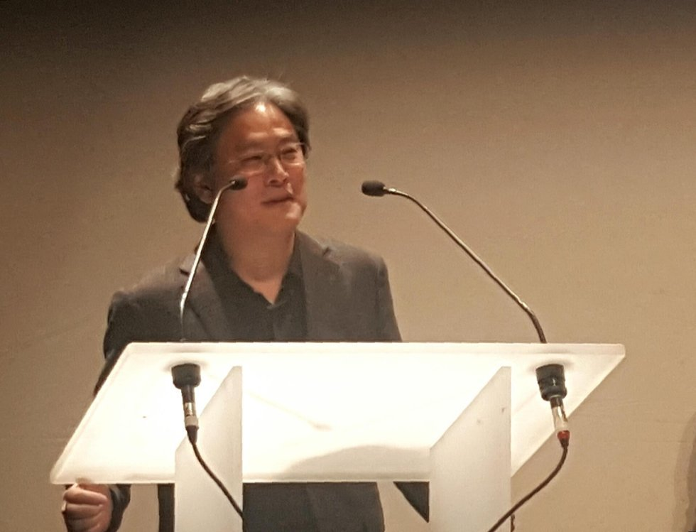 Park Chan-wook speaks after receiving the Film and Beyond Award at the 25th Geneva International Film Festival in the Swiss city on Tuesday. (Yonhap)