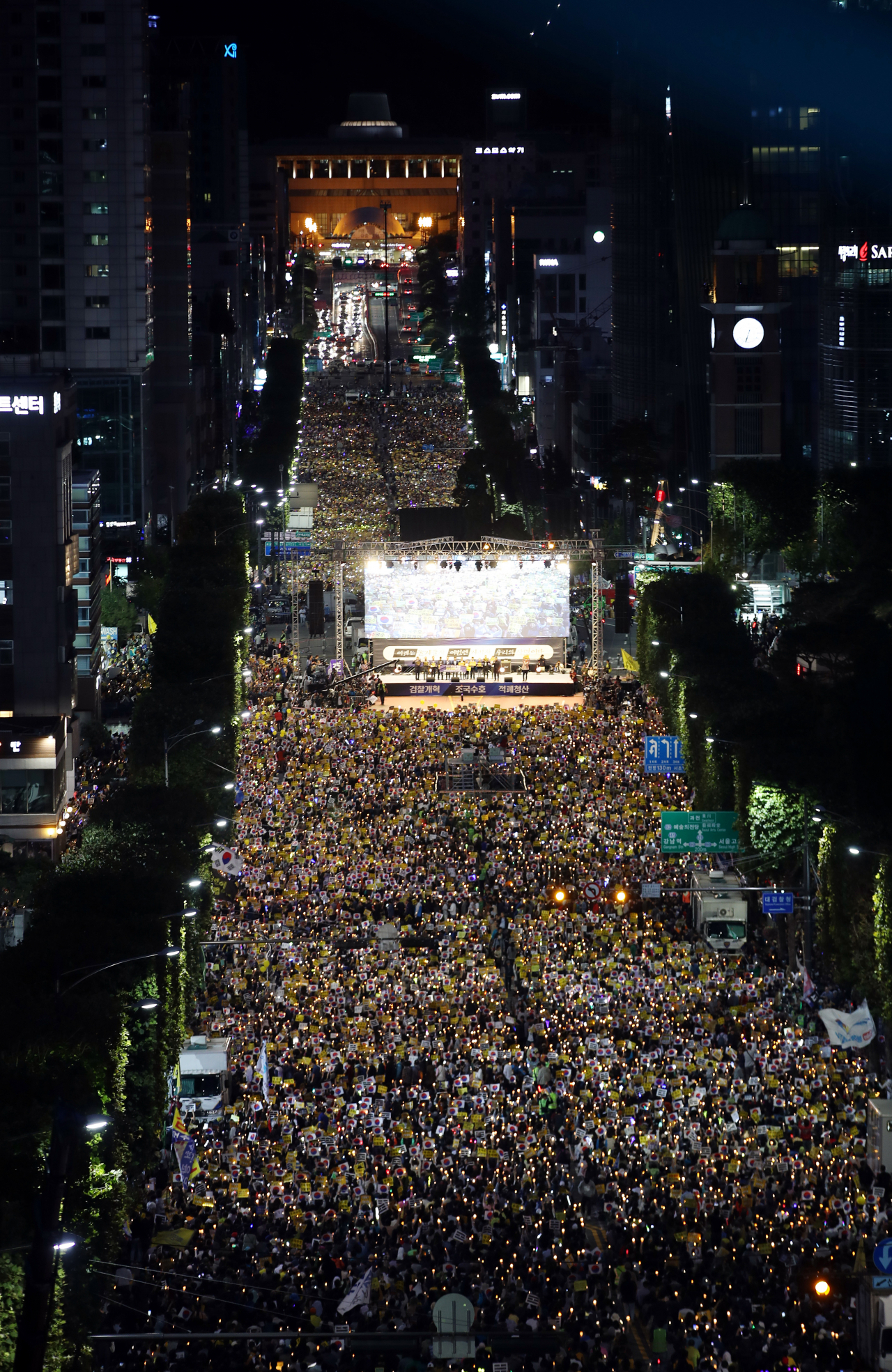 A group of Koreans demanding sweeping prosecution reform stage a candlelight rally near the Supreme Prosecutors' Office in Seocho-dong, Seoul, Oct. 5. (Yonhap)