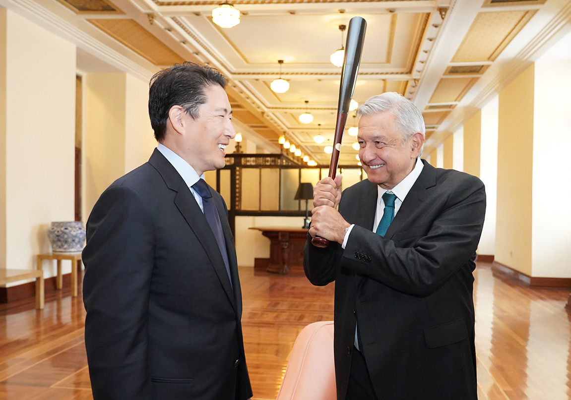 Hyosung Chairman Cho Hyun-joon (lef) meets with Mexico's President Andres Manuel Lopez Obrador at the Presidential Palace in Mexico City on Wednesday to discuss business cooperation plans. Cho presented a baseball bat with the signature of Choo Shin-soo, South Korean professional baseball outfielder for the Texas Rangers of Major League Baseball, to Obrador who is a baseball enthusiast. (Hyosung)