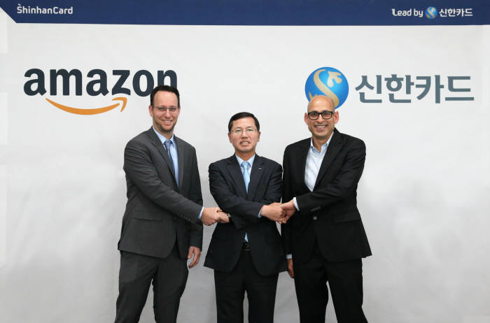 Shinhan Card CEO Lim Young-jin (center) takes a group photo with Amazon officials at Shinhan Card's headquarters in central Seoul on Thursday. (Shinhan Card)