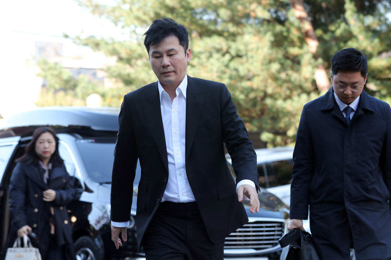 Yang Hyun-suk, former CEO of YG Entertainment, arrives at the Gyeonggi Nambu Provincial Police Agency building in Suwon, Saturday. (Yonhap)