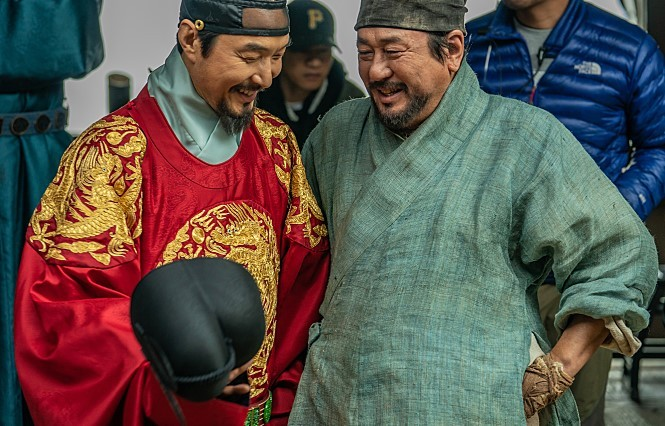 "Choi Min-sik (right) and Han Suk-kyu laugh on the set of ""Forbidden Dream."" (Lotte Entertainment)"