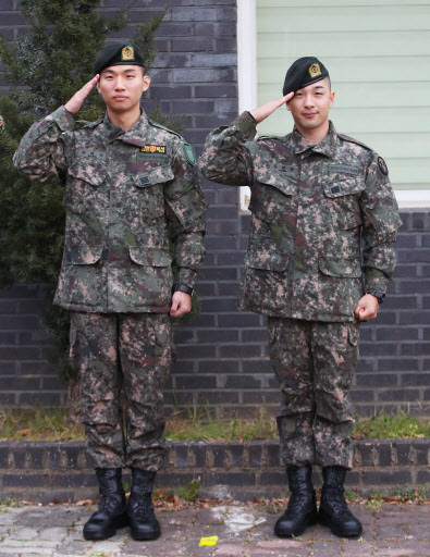 Taeyang (right) and Daesung of Big Bang salute. (Yonhap)