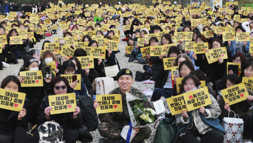 Daesung (center) poses among fans who gathered at Yongin, Gyeonggi Province, to congraulate him on military discharge (Yonhap)
