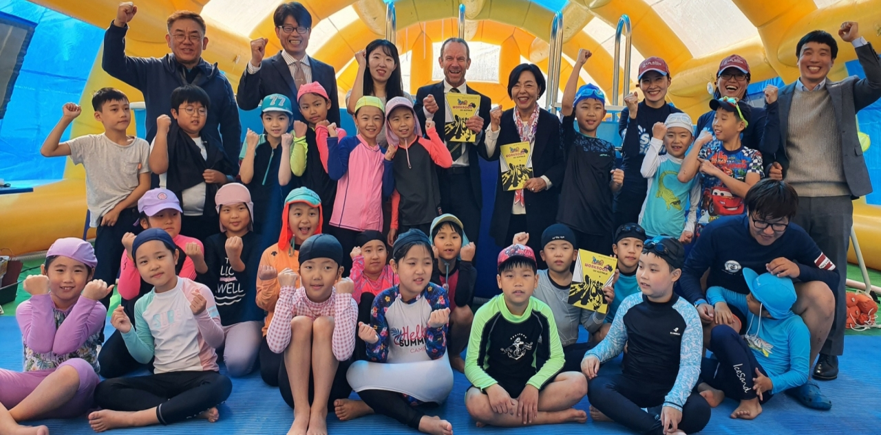 Australian Embassy's deputy head Ian McConville (back row, fourth left) poses with officials and Sangcheon Elementary School students during a water safety campaign in northeastern Seoul on Nov 8. (Australian Embassy in Seoul)