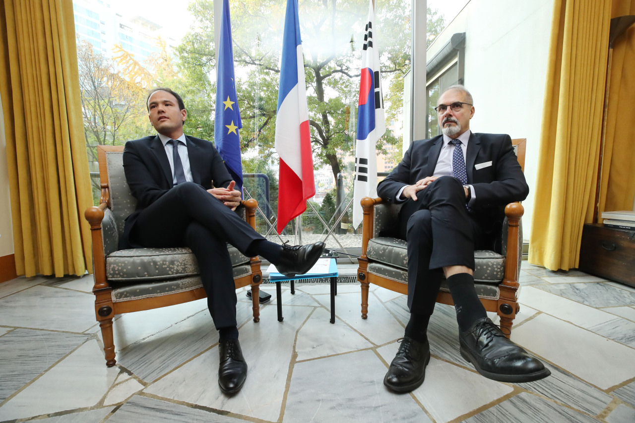France's Secretary of State for Digital Affairs Cedric O (left) and French Ambassador to Seoul Philippe Lefort hold a press conference at the French Embassy in central Seoul on Nov. 5. (Yonhap)