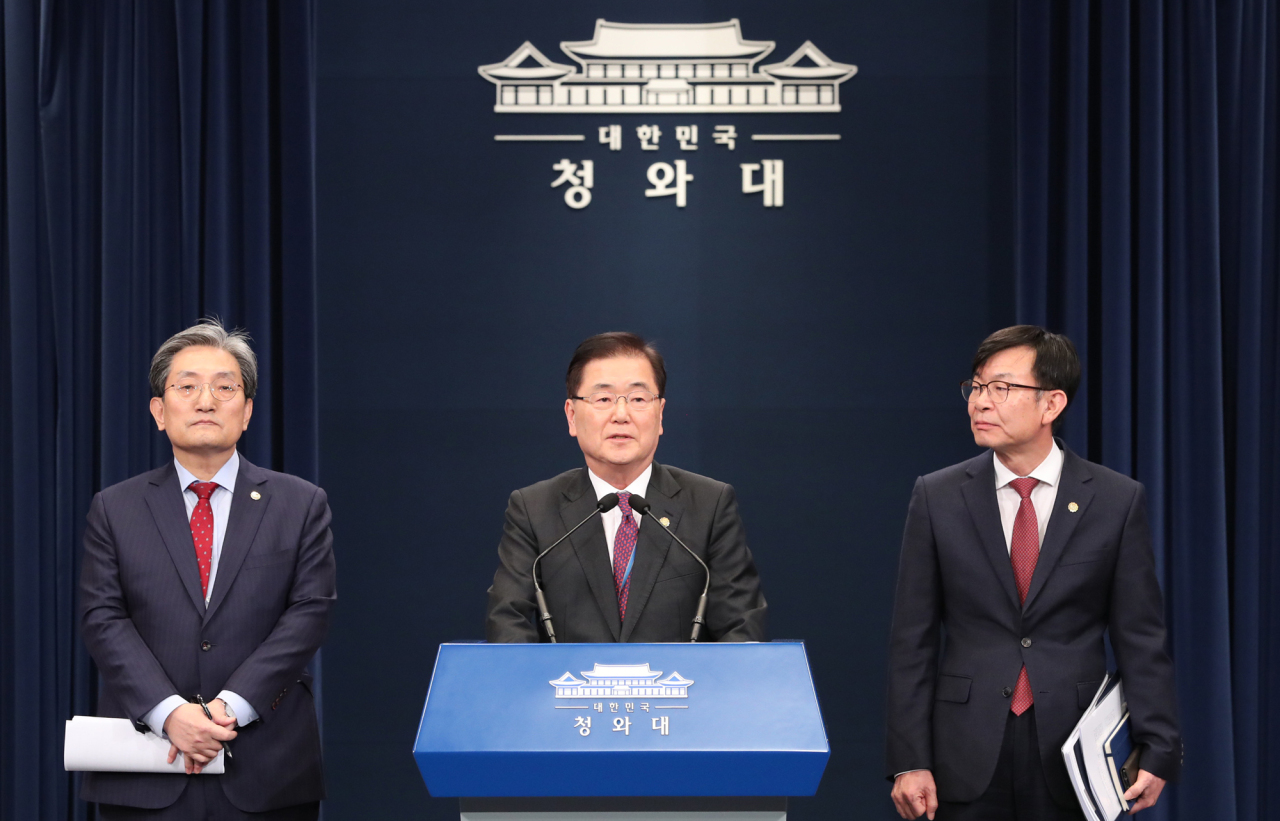 Chung Eui-yong (center), chief of Cheong Wa Dae's National Security Office, speaks during a press briefing with Chief of Staff Noh Young-min (left) and Kim Sang-jo, the top presidential official for policy, standing next to him at the Cheong Wa Dae press center on Sunday. (Yonhap)