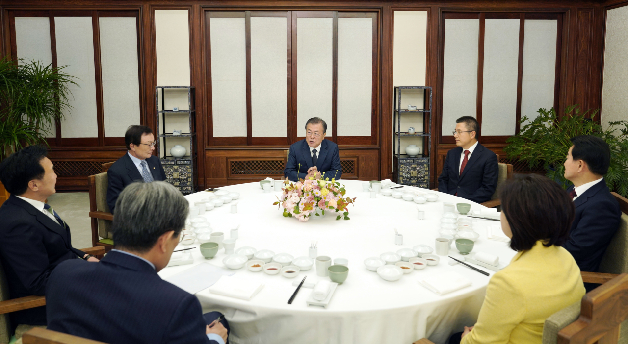 President Moon Jae-in (center) addresses the heads of South Korea's five major political parties ahead of a dinner at the presidential residence Cheong Wa Dae on Sunday. Yonhap