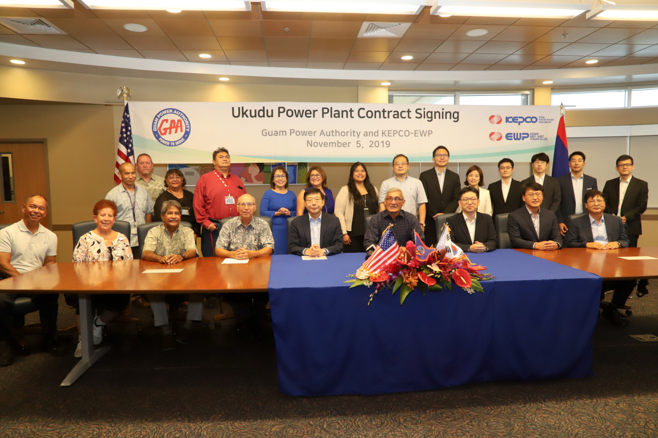 (fourth from left, front row) John Benavente, general manager at Guam Power Authority, Seo Kun-bae, chief of Kepco's overseas business development division, Joseph Duenas, chairman ofConsolidated Commission of Utilities (Kepco)